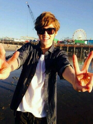 "Kevin's tweet: ""@Kevinwoo91: Good Morning <3 Cya guys at Club Nokia tonight!  오늘이 미국 투어의 막지막 공연~ 힘내자!  #UKISS1stUSATour2014 #LA #SantaMonica """