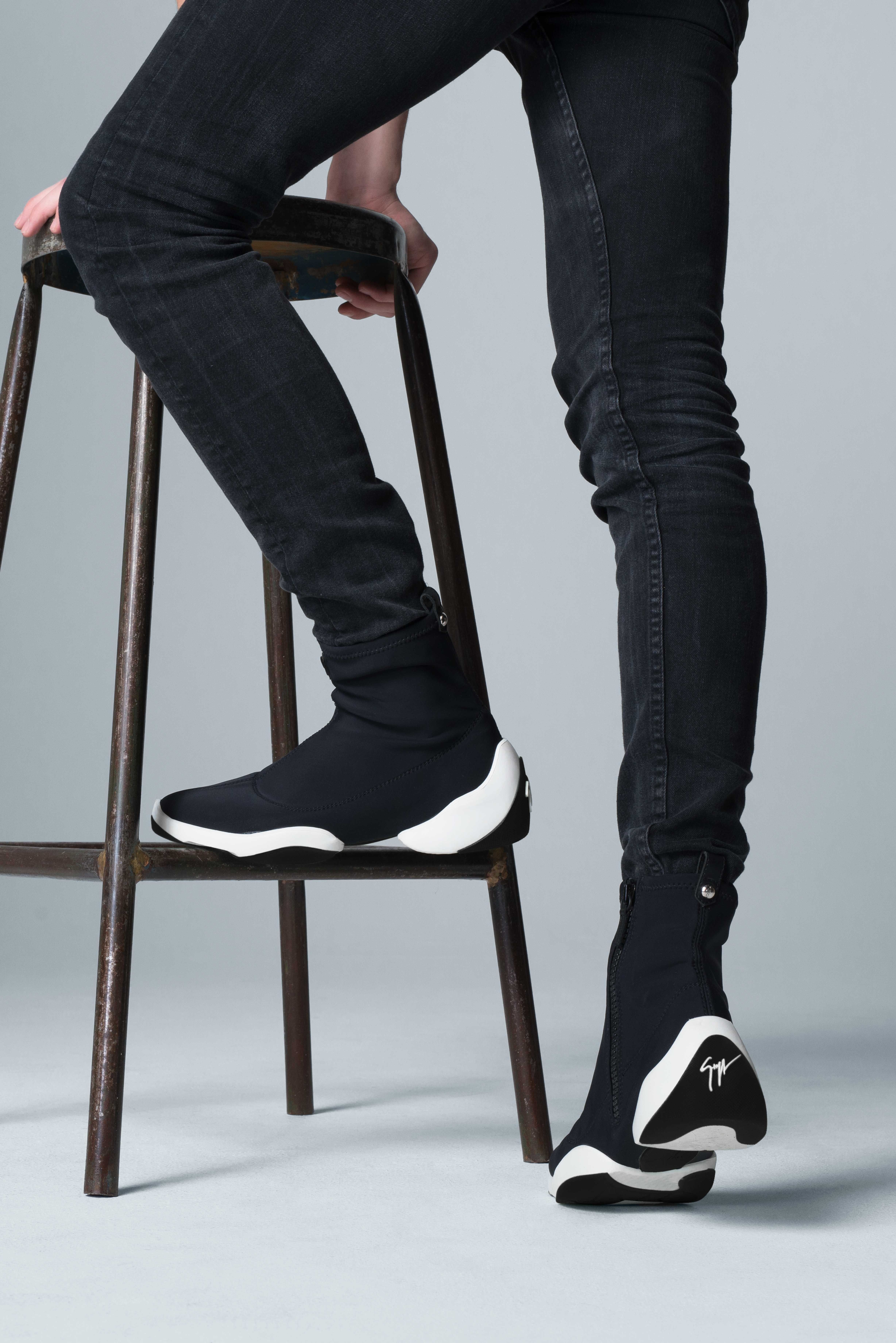 14bf9b1799cf8 In black neoprene with a specially designed rubber split-sole that cradles  the foot, the LIGHT JUMP HT1 for him.
