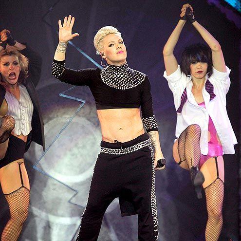 """P!nk en el escenario del Olympiahalle arena en Munich, Alemania durante su tour """"Truth About Love"""""""