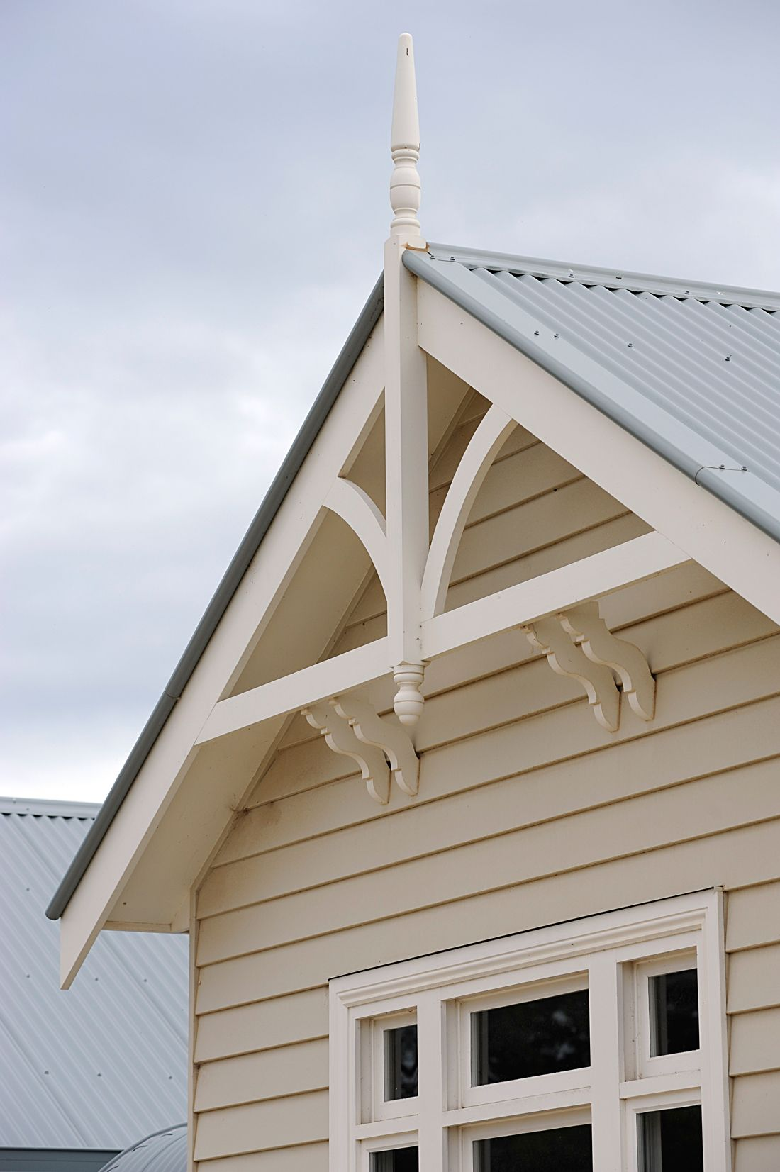 Weatherboard home gables victorian eaves and gable for Craftsman gable brackets