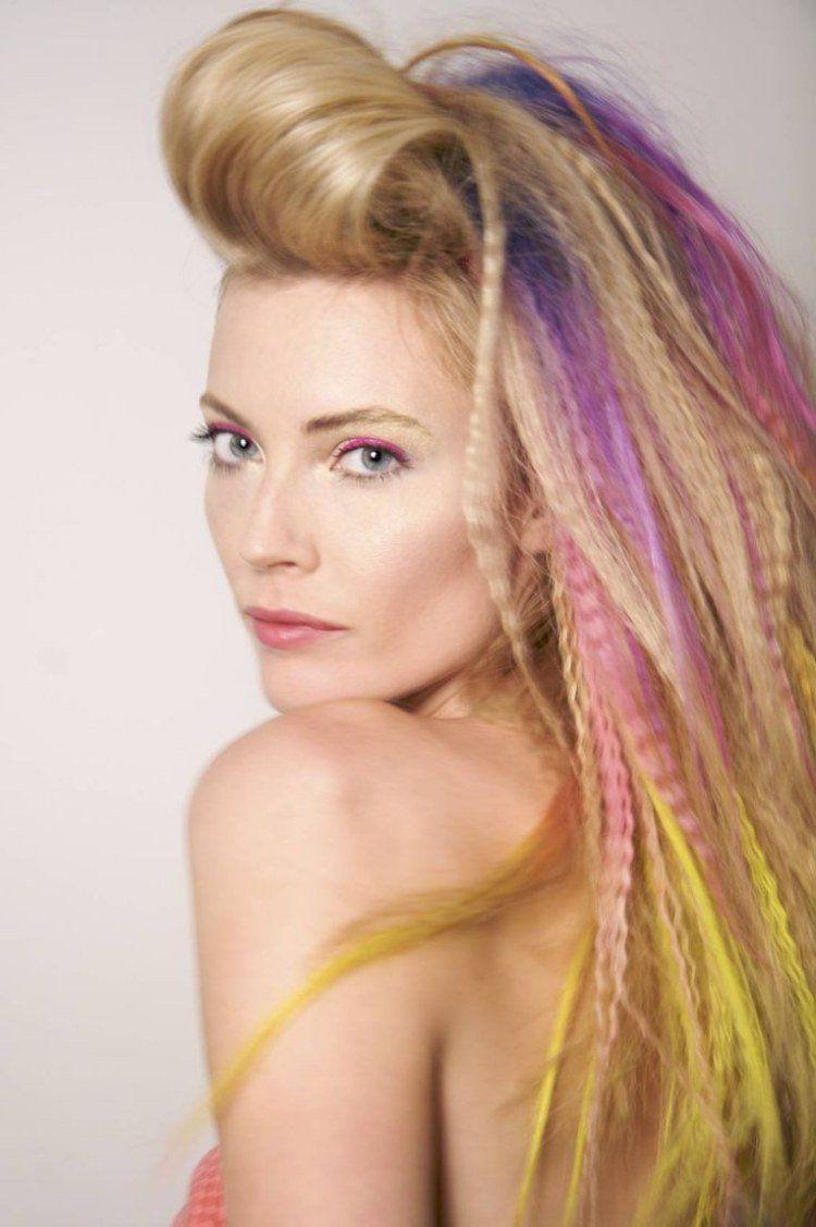 coiffure des années 80 , frange crêpée en arrière, mèches gaufrées  multicolores
