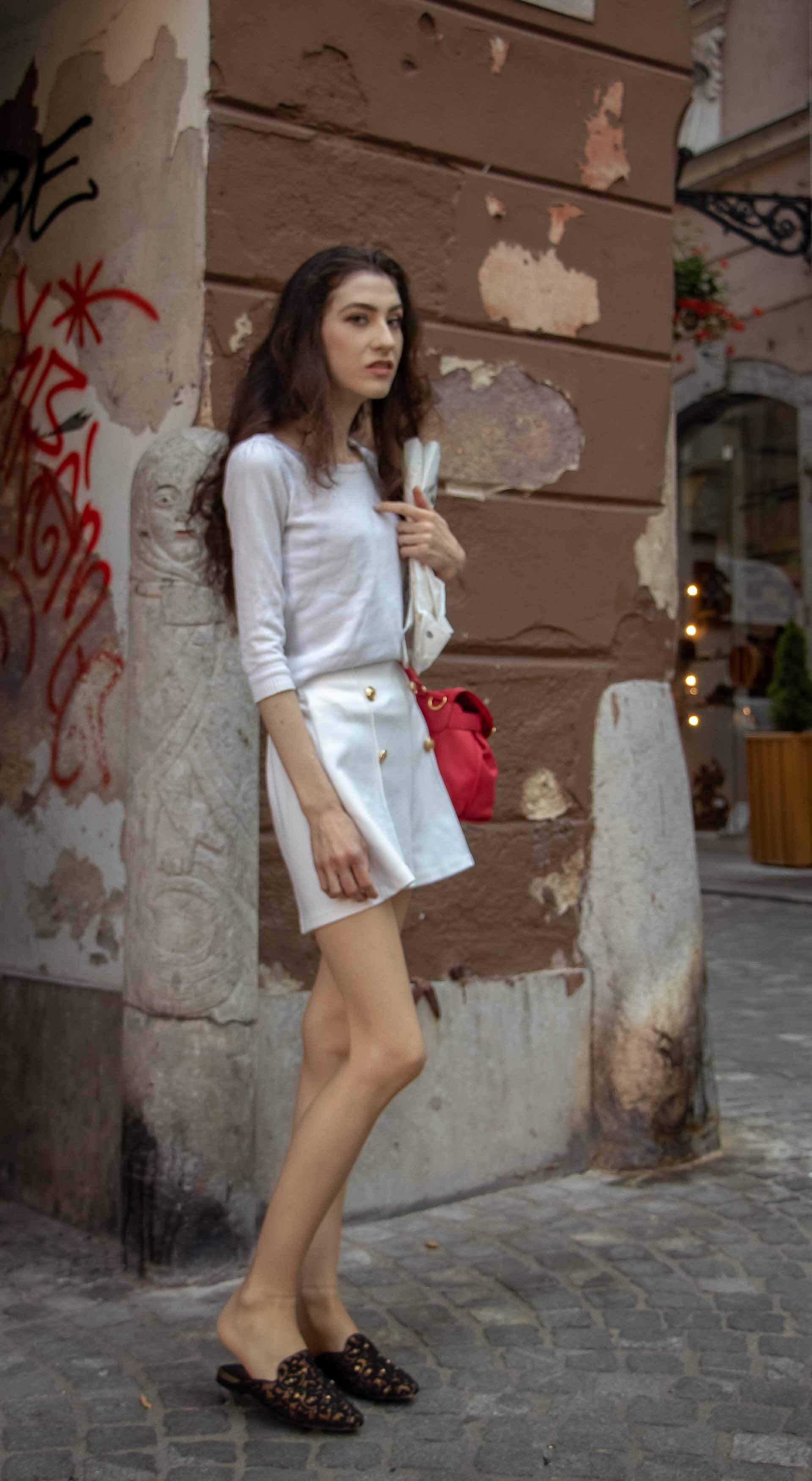 45306064d950 Fashion Blogger Veronika Lipar of Brunette from Wall Street sharing what to  wear when it s hot  fashion  blogpost  everydayoutfit  fashionable ...