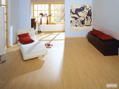 Sala de estar de apartamento pequeno com piso laminado for Pisos para apartamentos pequenos