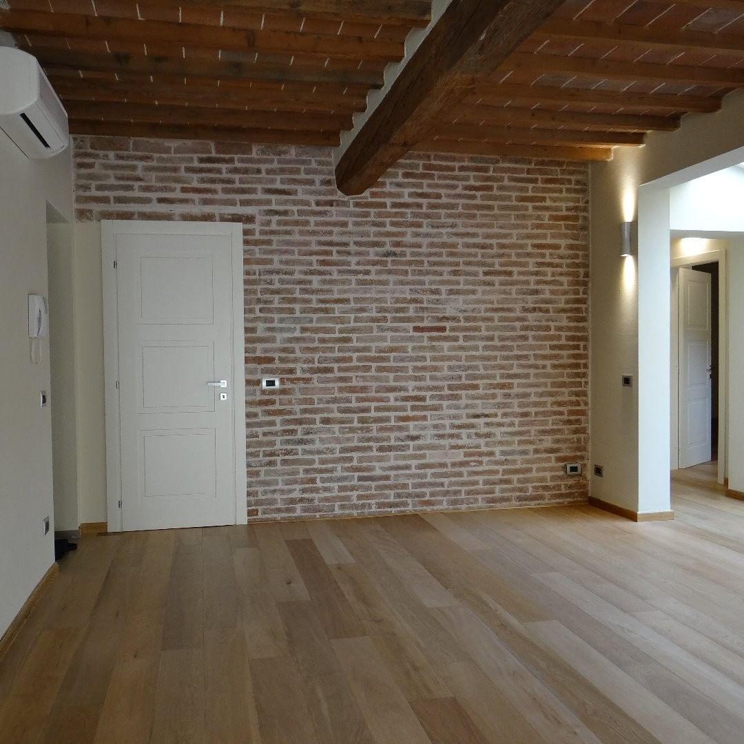 Pavimenti In Parquet E Marmo parquet in rovere e muro con mattoni a vista. oak parquet