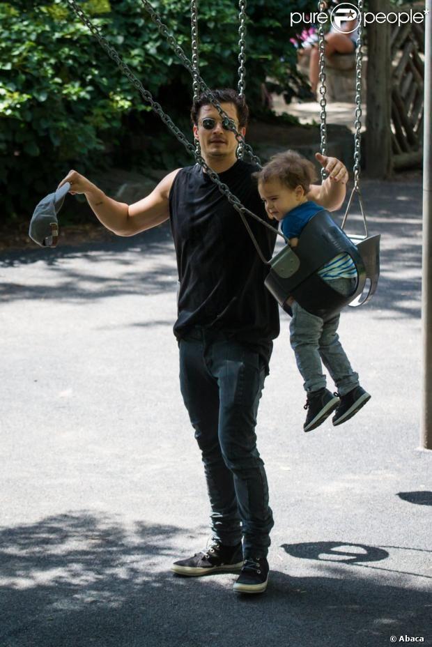 Orlando Bloom profite du beau temps et s'amuse avec son fils Flynn dans un parc de New York City, le 6 juillet 2013.