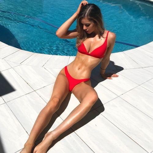 devushki-v-mini-bikini-pokazat-vblizi