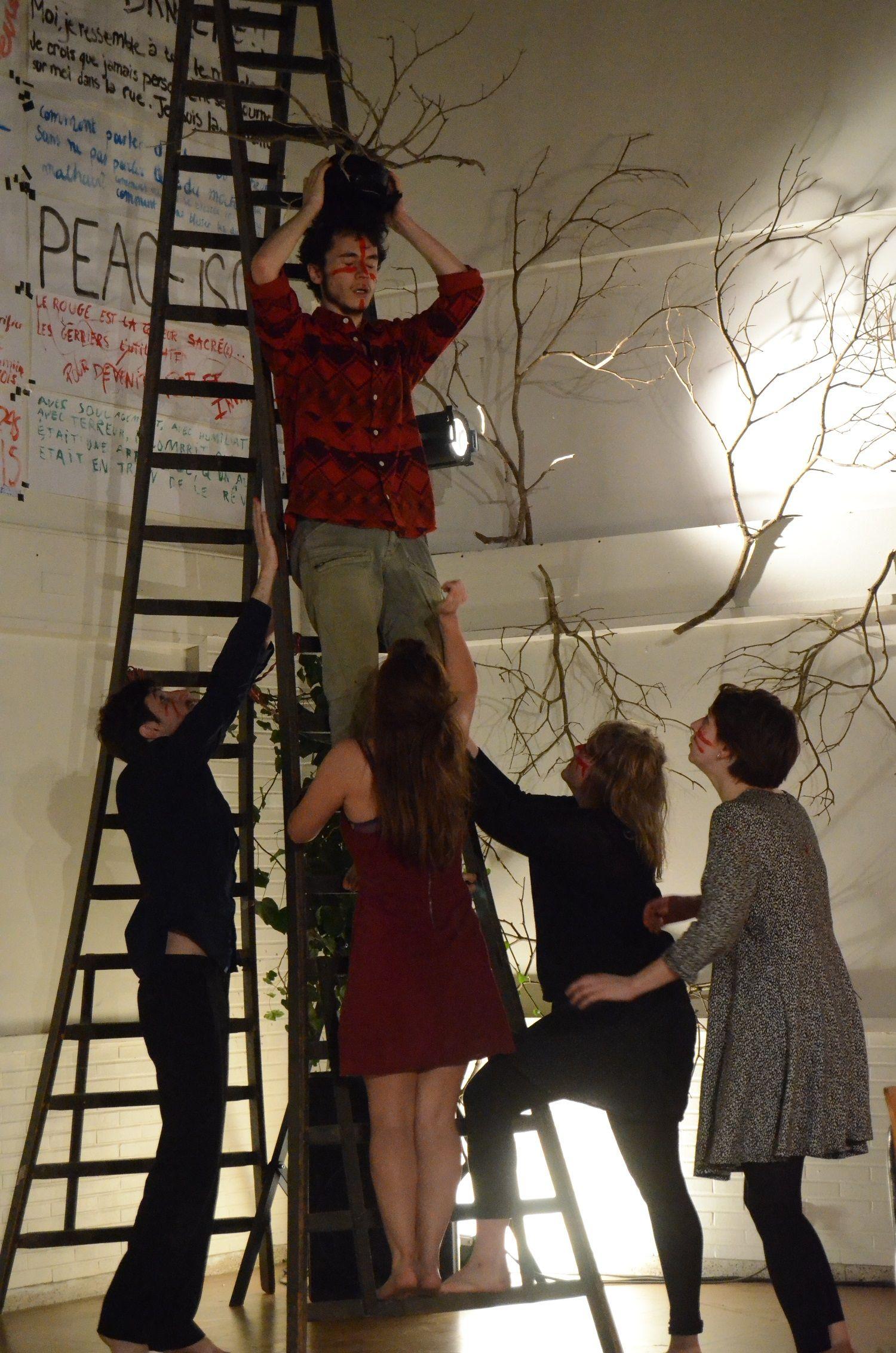 """Nel quadro del progetto """"Alla Scuola di Prospero"""" l'École Supérieure d'Acteurs di Liegi presenta la creazione collettiva """"ab ovo - à partir de l'oeuf"""". Foto di Frédéric Verheyden. #VIEFestival2016 #emiliaromagnateatro #modena #bologna #carpi #vignola #festival #innovation #theatre #artist #young"""