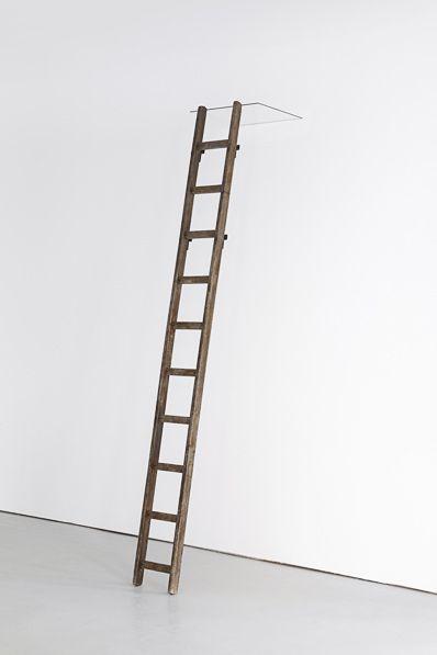 Simona Pries, ohne titel, Holzleiter, Glasscheibe, 270 x 40 x 50 cm, 2011