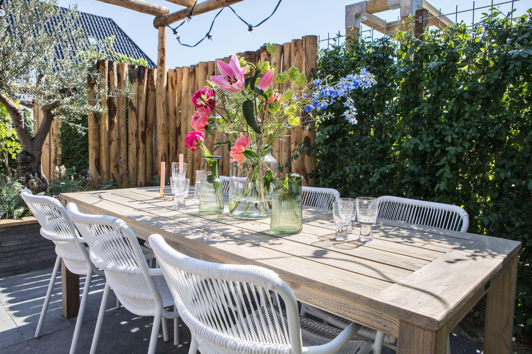 Lange Eettafel 6 Stoelen.Zomerse Vrolijke Diepe Tuin Met Prachtige Tuinmeubelen Een Lange