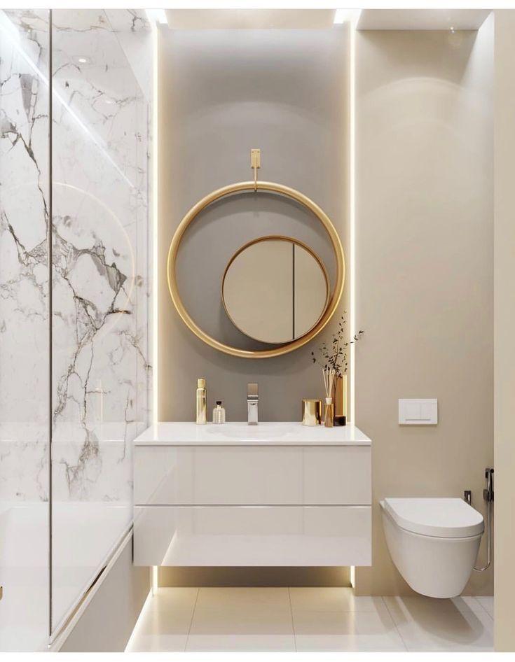 Modernes Badezimmer aus Gold, Marmor und Taupe ...