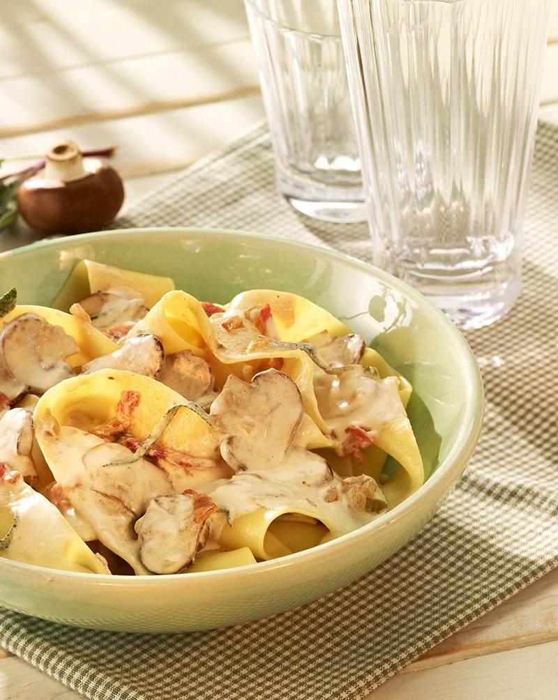 Schnelles Nudelgericht mit einer Soße aus Champignons, Bacon und Salbeiblättern