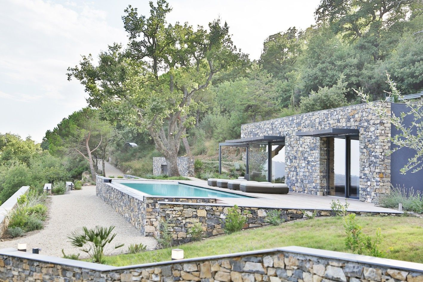 Villa n par giordano hadamik architects grande ouverture - Maison en pierre giordano hadamik architects ...