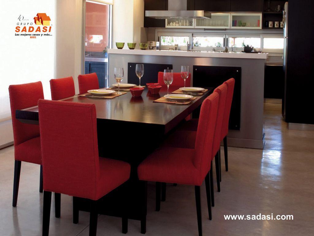 Grupo sadasi le muestra una llamativa mesa de madera y - Cocinas en rojo ...