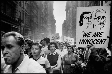 People Protest Outside The Trial Of Accused Spies Julius And Ethel Rosenberg 1951 By Dennis Stock Photographer Portfolio Magnum Photos Magazine Photographers