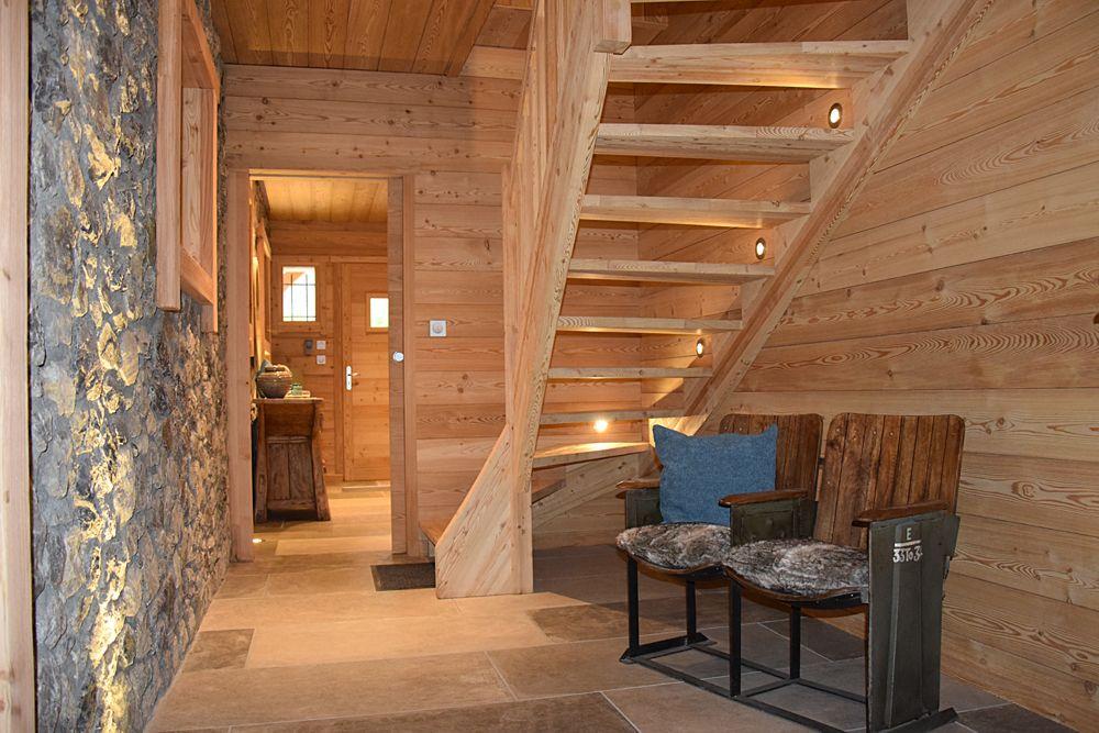 chalet lombard vasina entr e spacieuse alliant pierre et bois pour un c t rustique et. Black Bedroom Furniture Sets. Home Design Ideas