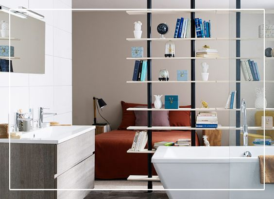 Dans une salle de bain ouverte sur la chambre, la cloison amovible