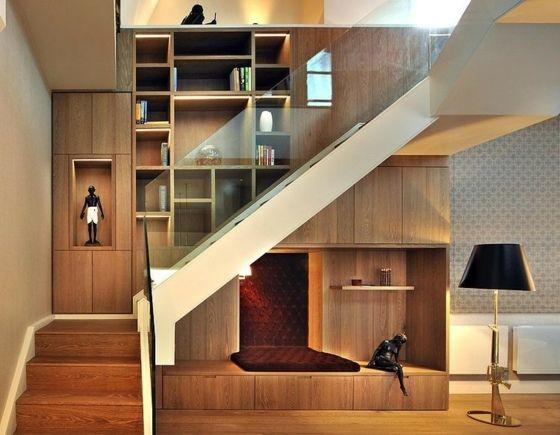 viel Holz Treppen verspielte Möbel im Wohnzimmer Wohnung - wohnzimmer rot blau
