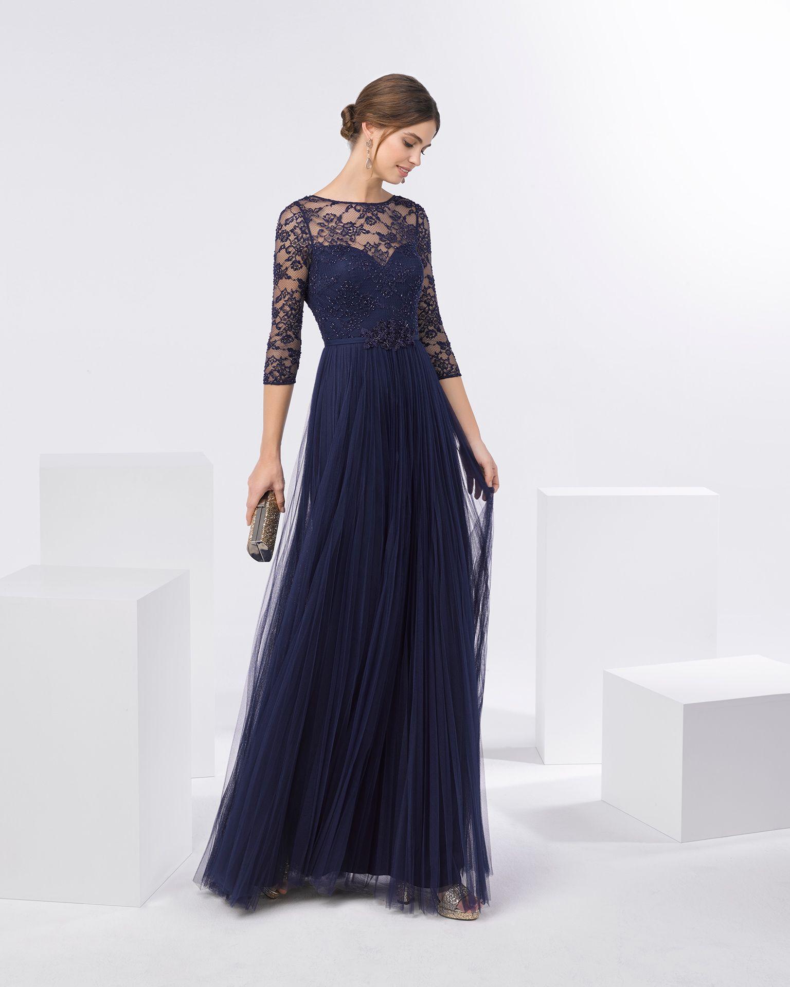 22ea1ee8aa Vestido de fiesta de tul y cuerpo de encaje y pedrería con escote barco y manga  francesa. Disponible en color marino