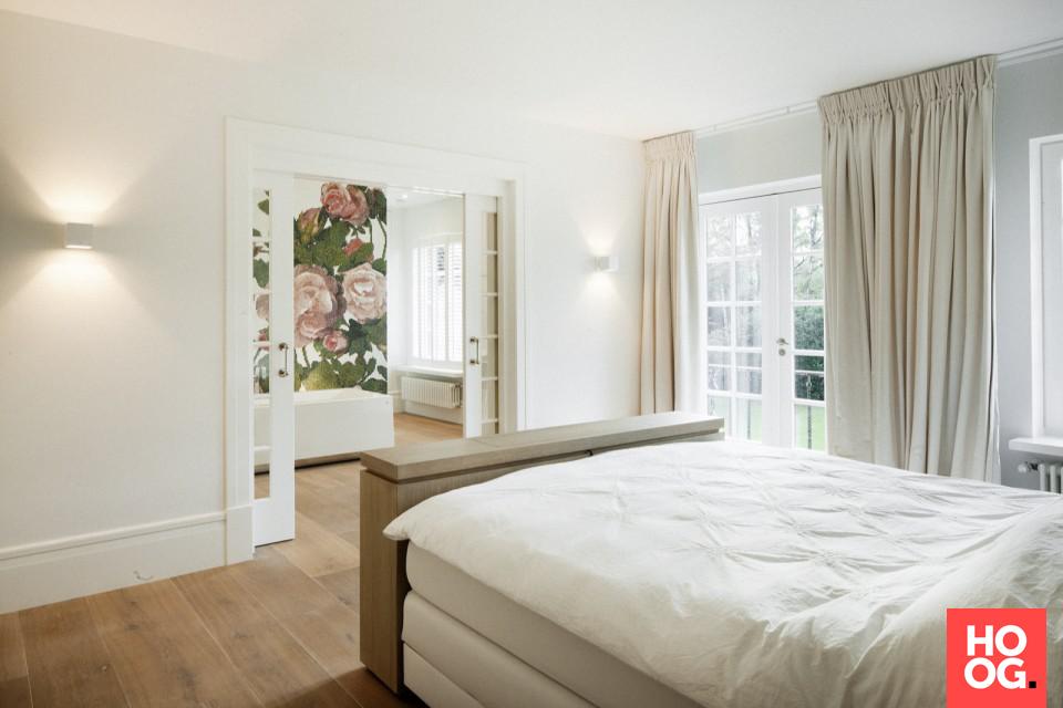 Badkamer met badkuip en glasmozaïek badkamer 11 sennah studio