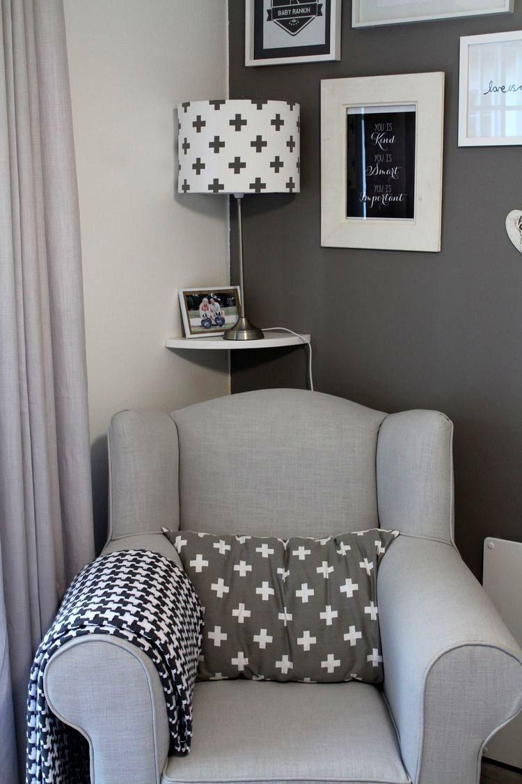 babyzimmer grau weiß sessel kissen lampe wandbilder | Baby ...