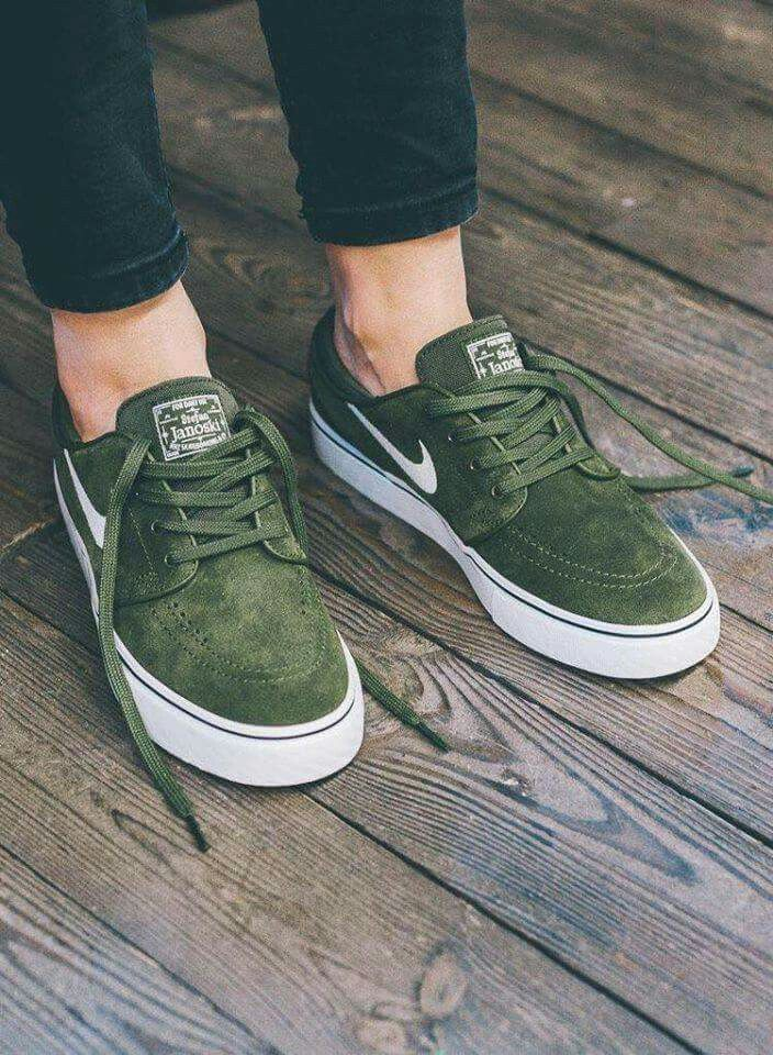 the best attitude 6e4b1 9c60a Pin by Ella Stewart on clothes in 2018   Pinterest   Zapatos, Zapatillas  and Nike