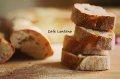 Fransız köy bageti benim için ekmeklerin kralı sayılır! Kabuğu sert ve pişkin olur. İçinde büyük delikler vardır ve oldukça yoğun bir ekmek tadı verir. Bu ekmek yapıldığında, ana yemek sofrada gölg...