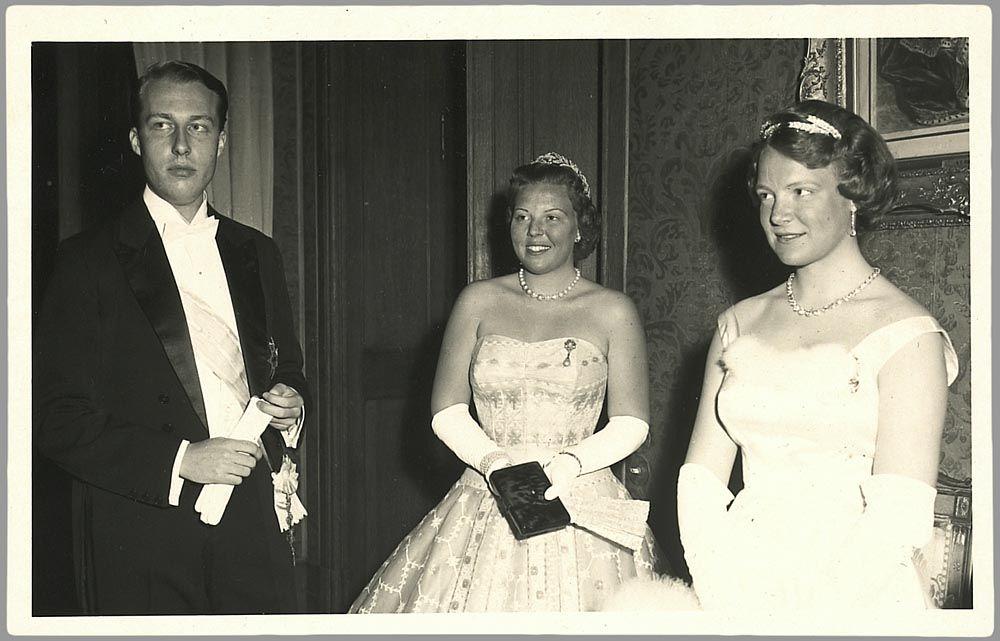 Prinses Beatrix en prinses Irene op het bal