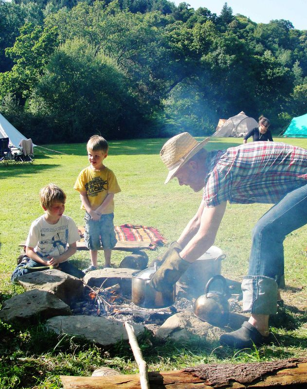 Small family run campsite on river and bordered by woodland. Perfect setting for trout fishing, canoeing, hiking, mountain biking...Guingamp, Pabu, Cote Granite Rose