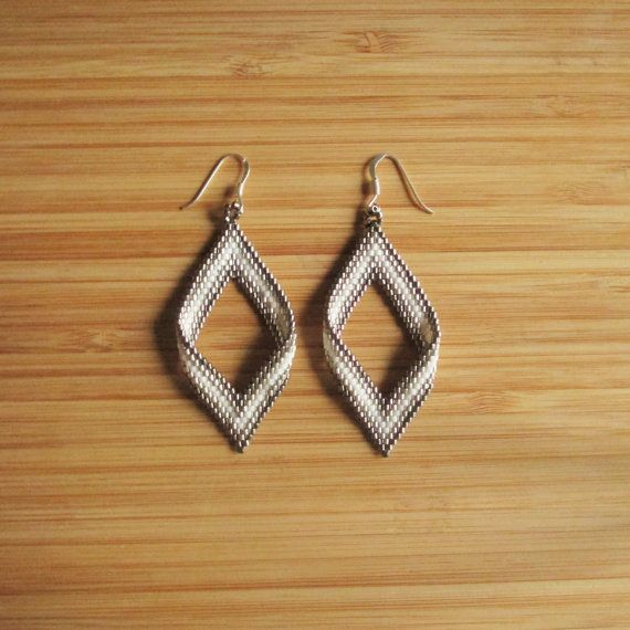Earrings Pendant (7cm approx) fasteners in 925, diamond shape. Weaving peyote in Miyuki Delicas (Japanese high quality glass beads) white, anthracite