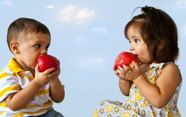 latino-children-eating-apples.jpg (640×404)