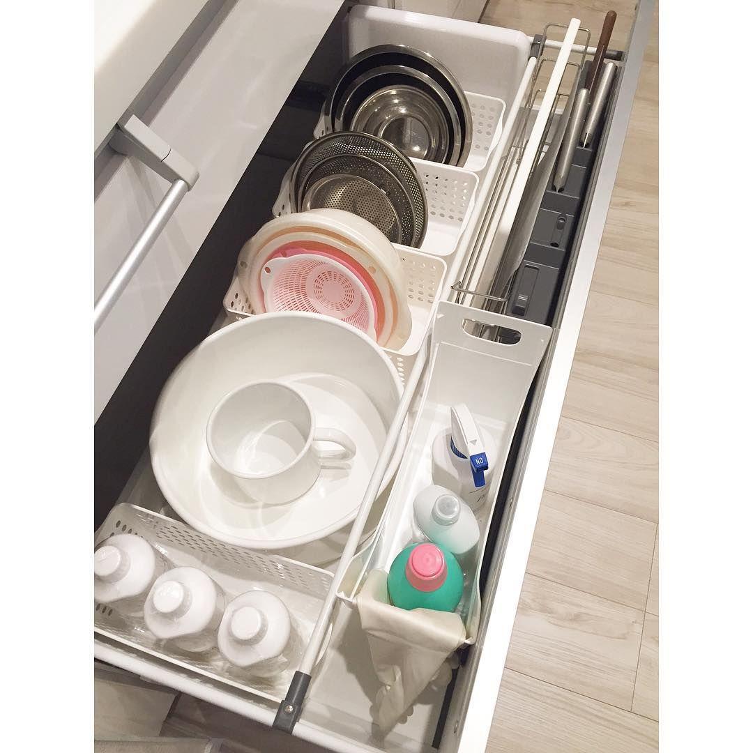 キッチン シンク下の引き出し収納 100均のカゴにボールやザルを入れ