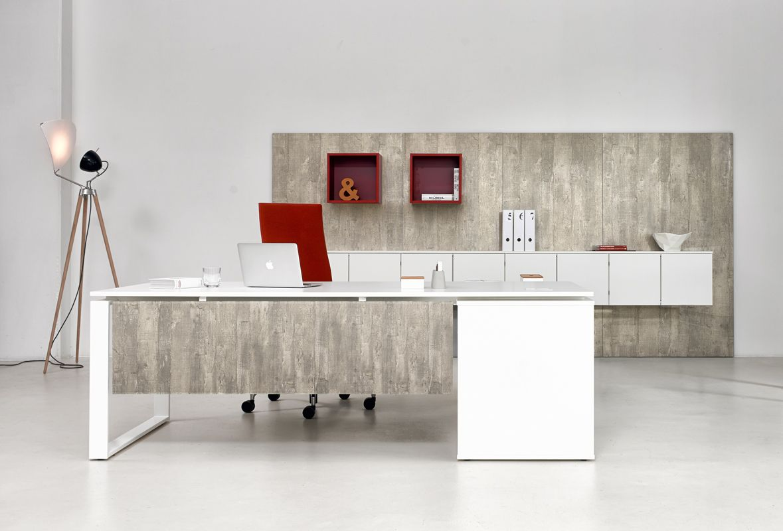Edler Schreibtisch in Weiß mit Sichtblende in Betonoptik fürs ...