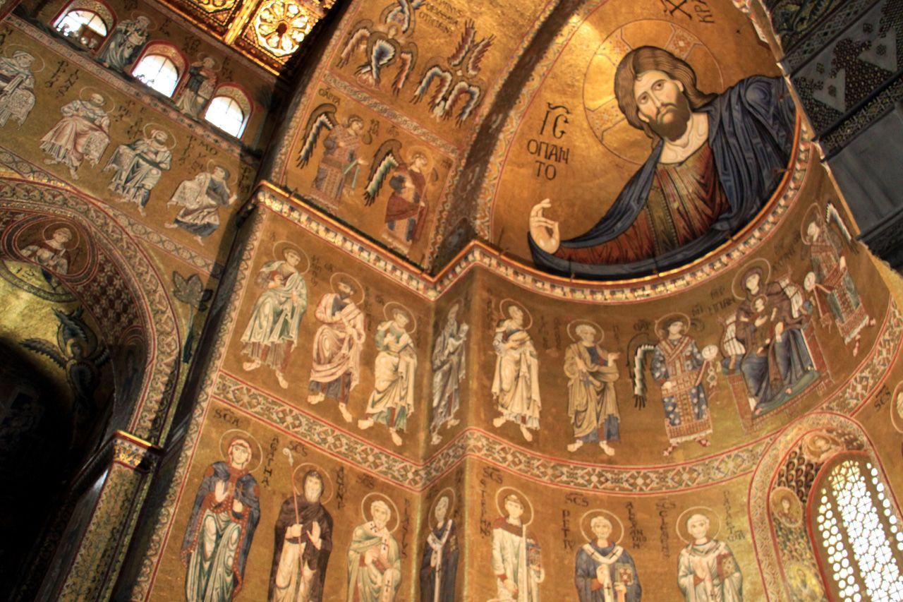 Palermo: l'interno del Duomo di Monreale con stupendi mosaici nei quali predomina l'oro.