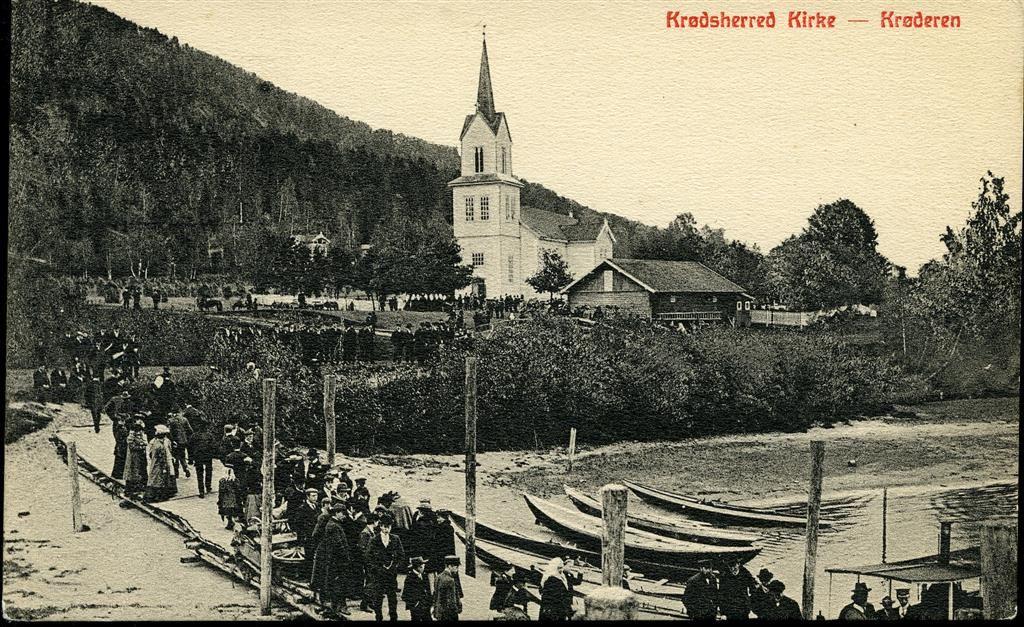 Buskerud fylke Krødsherad kommune Krødsherred kirke med folketog ved innsjøen tidlig 1900-tall  Utg N.K.