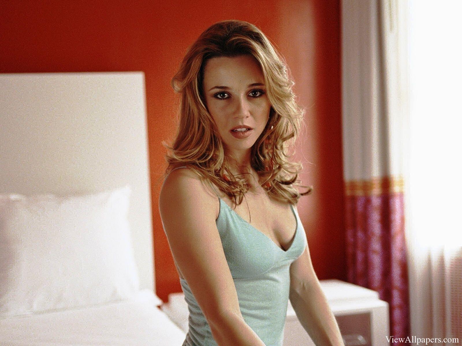 Linda Cardellini Tits 34