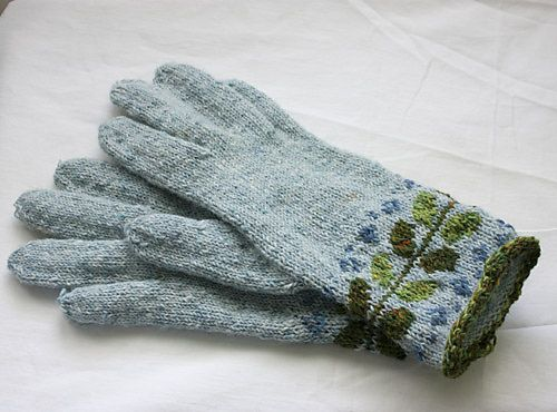 I am not usually attracted to glove patterns.  However am considering this on as Christmas gift.