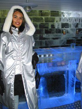 Gasten krijgen een isothermische mantel om de schouders.