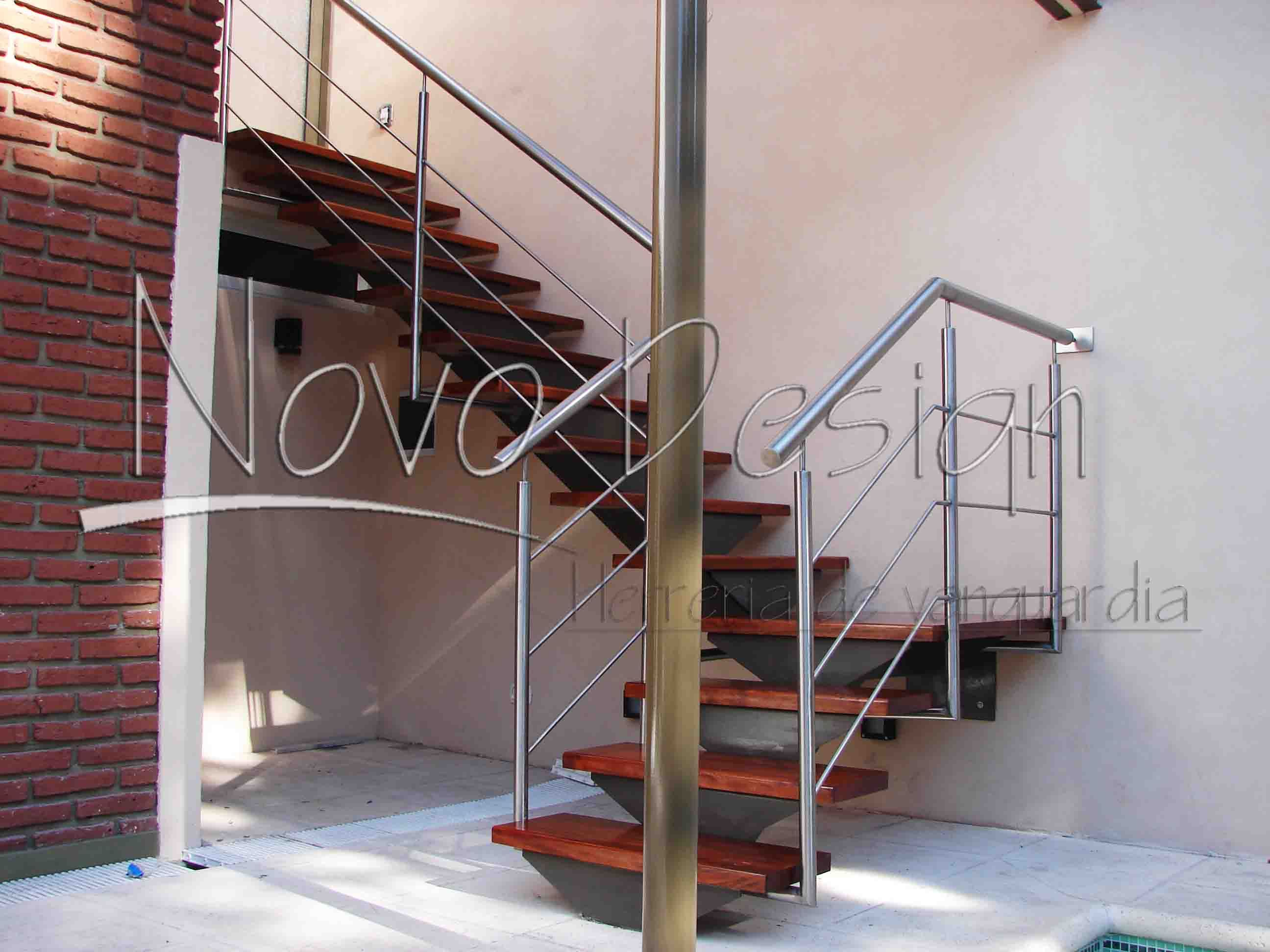 Escalera de eje central en hierro madera y acero for Planos de escaleras de hierro