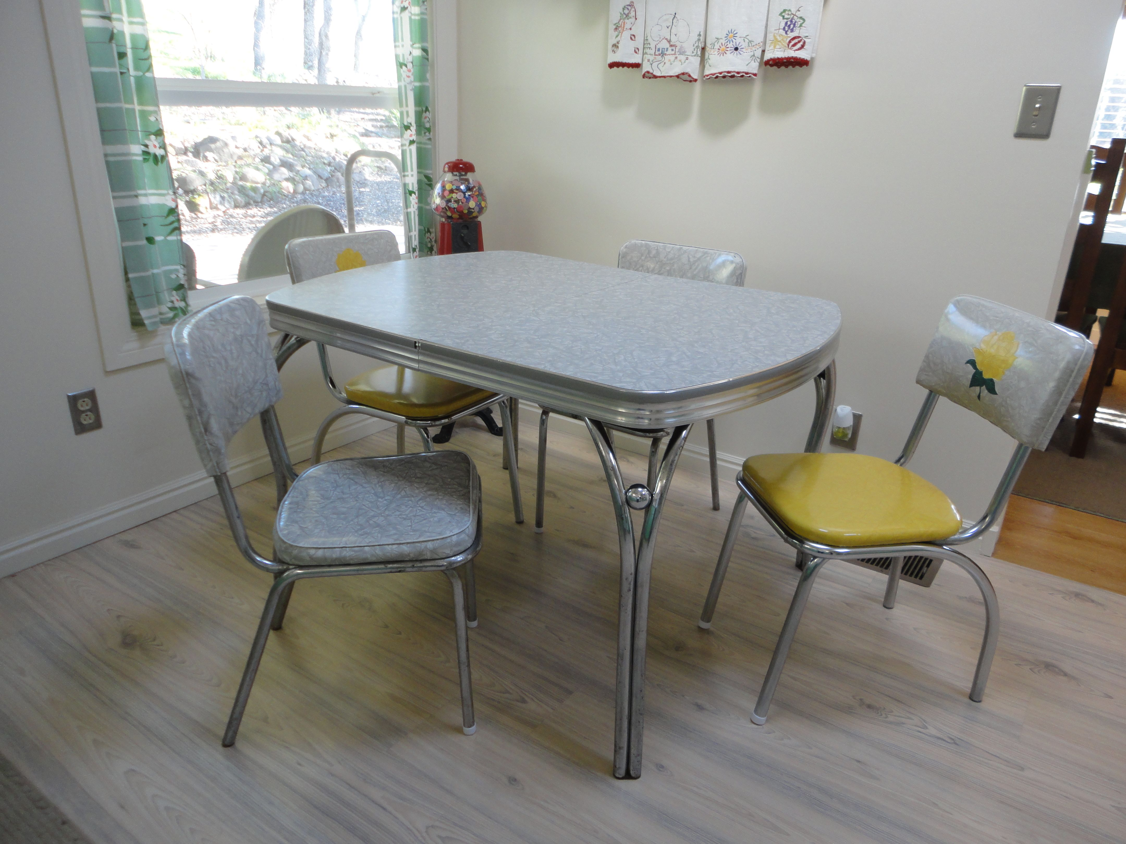 1950 S Retro Chrome Vinyl Dinette Set In 2020 Dinette Sets Kitchen Decor Furniture