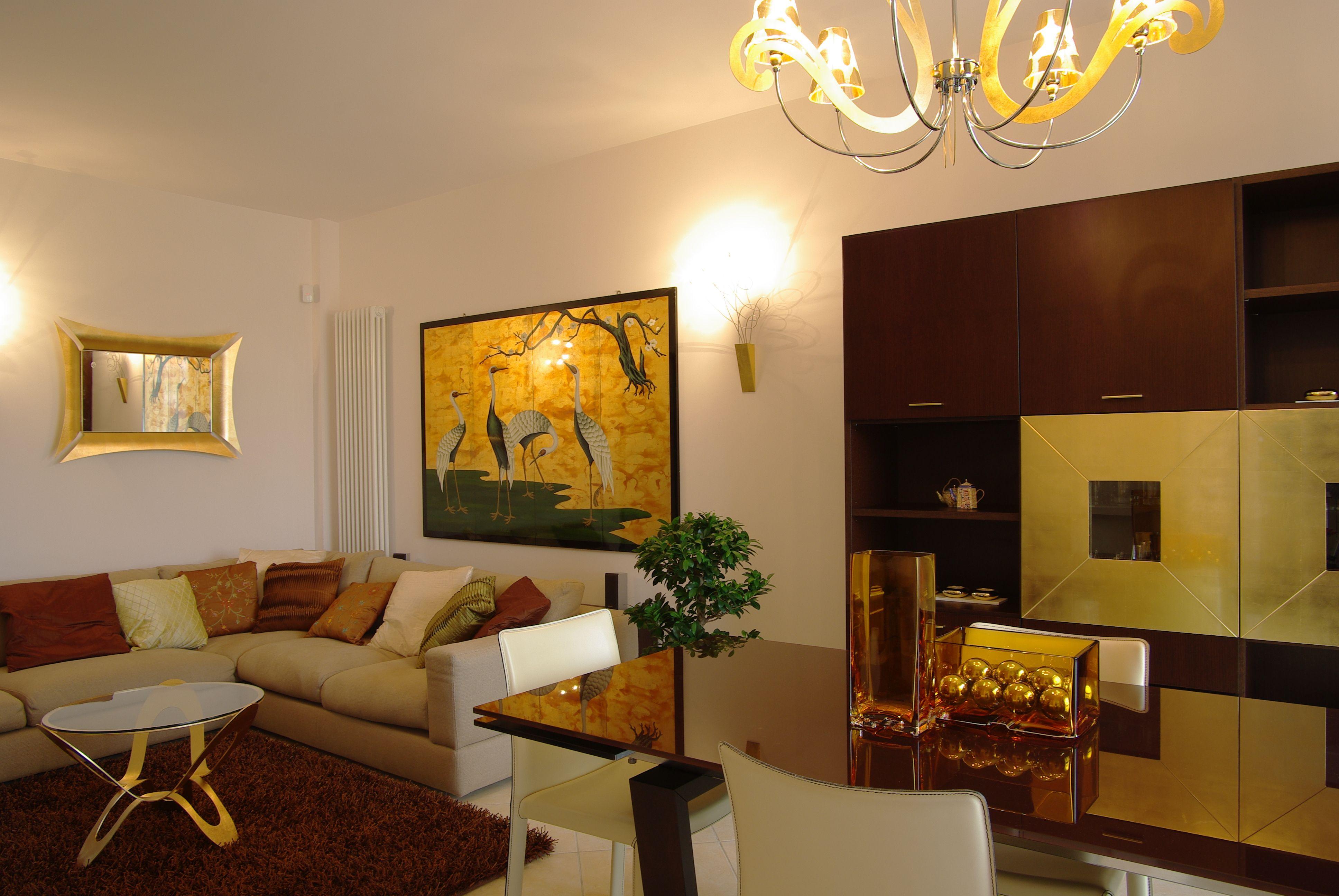 Soggiorno sala da pranzo e mobile parete wengè e foglia oro Besana. #arredamento #interiordesign #decor #openspace