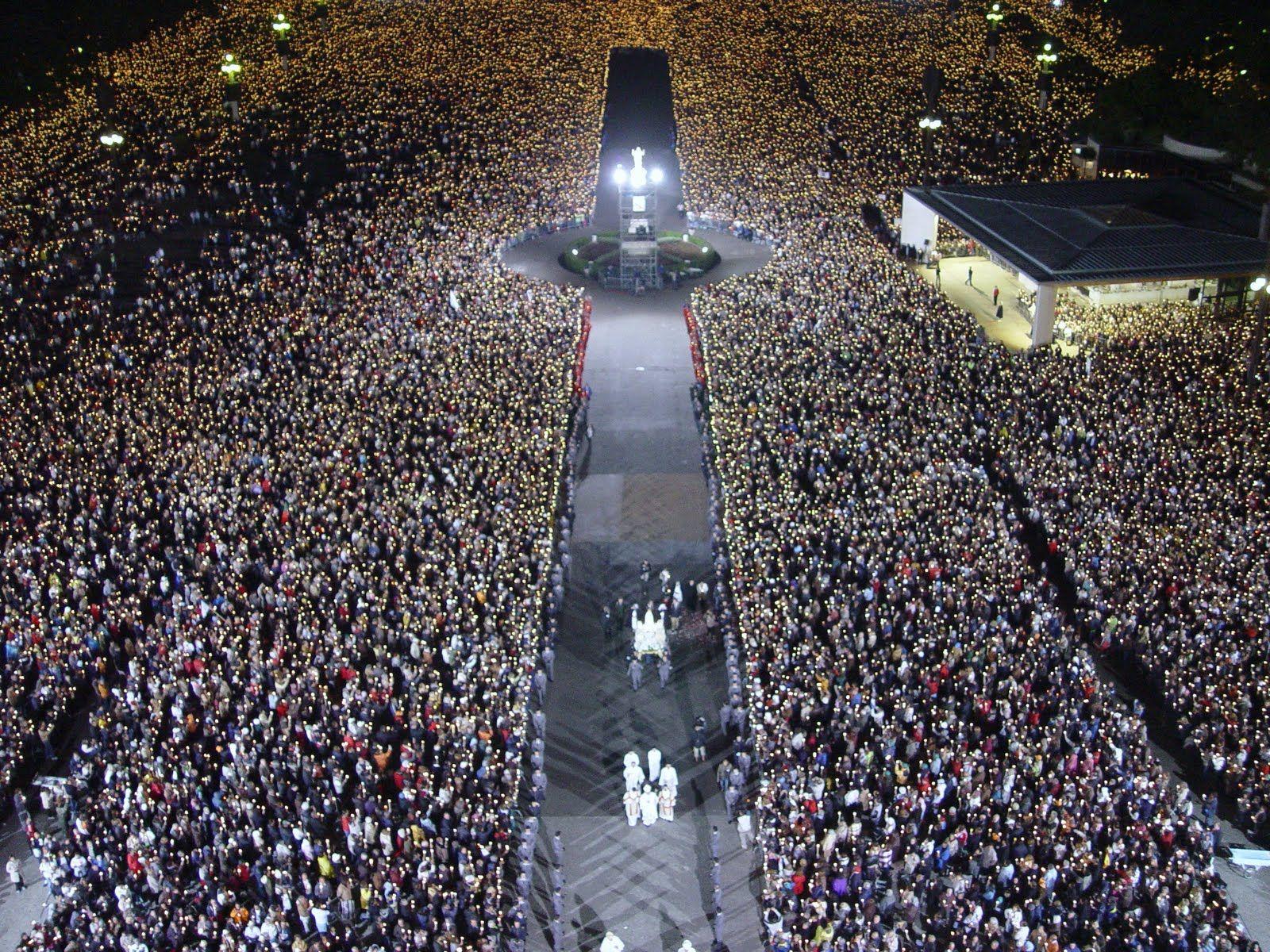 Procissão das velas. The candlelight procession. La procession aux chandelles.  #Fatima, #Portugal http://www.hoteldg.com/en/fatima