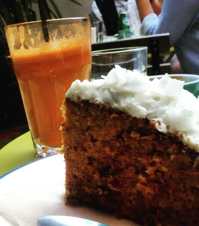 Meriendas ricas en #bluebellcoffeco #ruzafa #russafa #ruzafagente #foodie #food #zumo #juice #merienda #carrotcake #cafe #valencia #travel