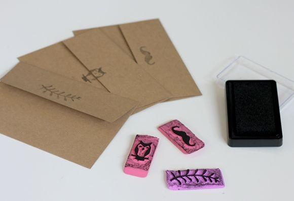 DIY stamp (using erasers)  make address stamp. start sending handwritten letters more often and use it :) Coisas Legais, Projetos De Artesanato Diy, Desenhos De Formas, Crie Seu Próprio Selo, Selo De Borracha, Artesanatos Fáceis De Páscoa, Coisas Sobre Namoradas, Imprimíveis, Selos