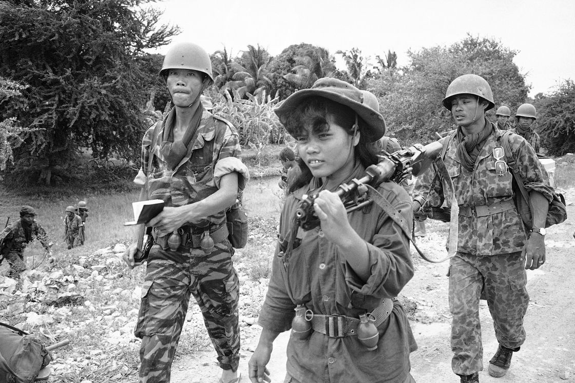A female Cambodian soldier totes a machine gun into combat during an operation across the Mekong River from Phnom Penh in the Prek Tamak area of Cambodia on Aug. 26, 1970. This region was the scene of heavy fighting between Cambodian troops and Viet Cong. The young woman is one of many who served as regular soldiers and medics in the rapidly expanded army. | © unknown