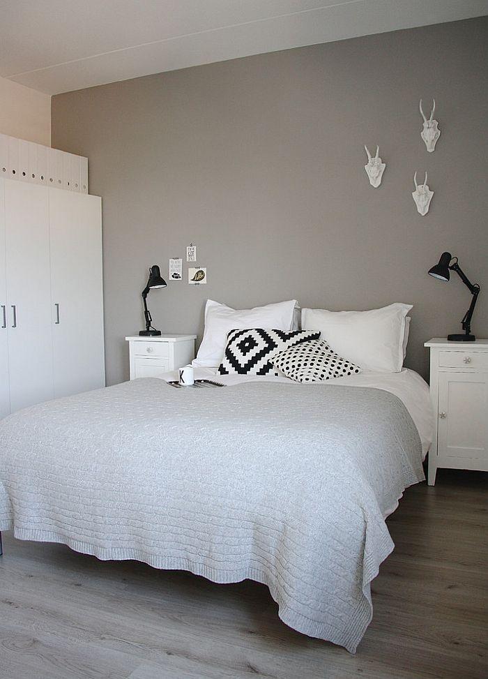 Chambre Scandinave En Gris Noir Et Blanc Avec Trophees Decoratifs Originaux Chambre Grise Deco Chambre Idee Deco Chambre