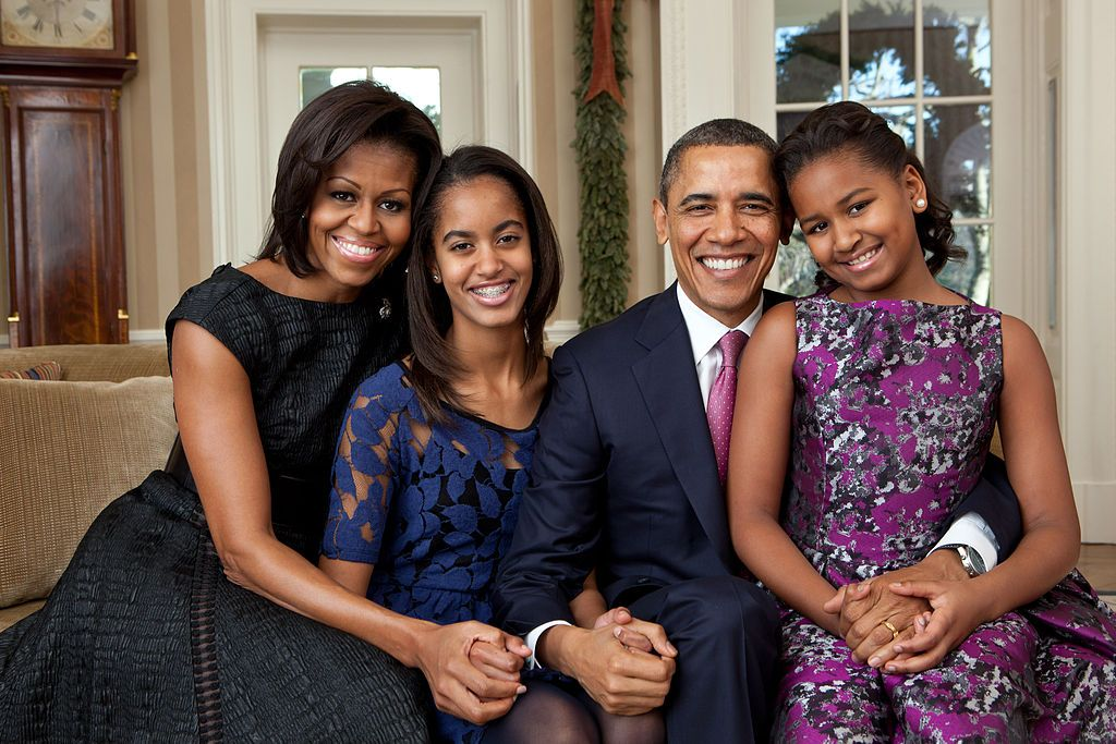 Von Pete Souza - http://www.whitehouse.gov/sites/default/files/image/12152011-family-portrait-high-res.jpg, Gemeinfrei, https://commons.wikimedia.org/w/index.php?curid=17779257 Offizielles Foto der Familie Obama (2011