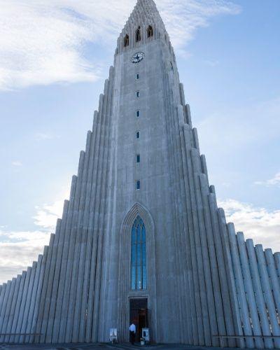 Dedicada ao poeta religioso islandês Hallgrímur Pétursson, a igreja luterana Hallgrimskirkja está a 75 m de altitude acima do centro de Reykjavik, na Islândia