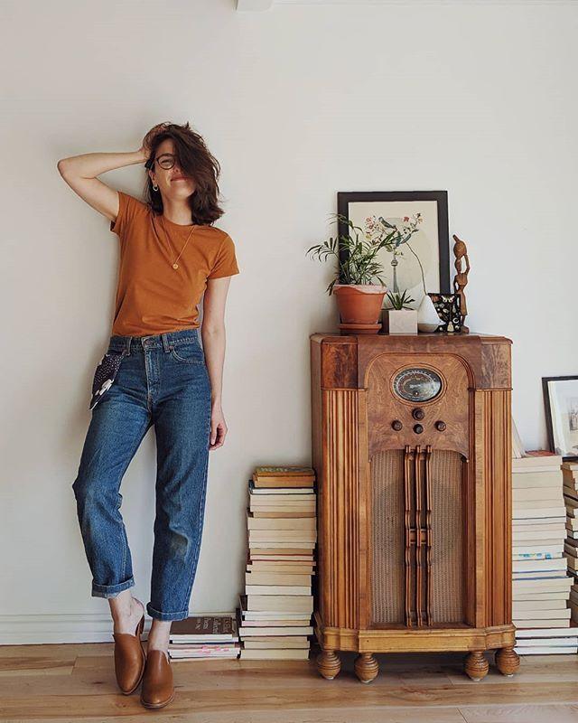"""Photo of Sara ✨ su Instagram: """"Sto solo facendo il giro della pulizia della casa, ma lo faccio in questa bellissima maglietta luminosa perché NON sto ammettendo che il sole è nascosto …"""""""