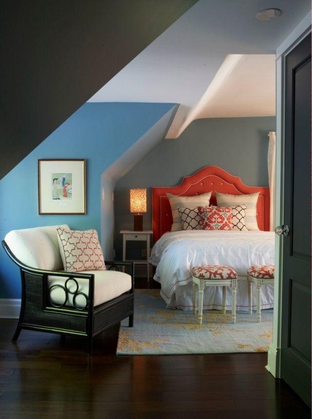 schlafzimmer schrge gestalten, polsterbett-kopfteil-groß-schlafzimmer-dunkle-wände-schräge, Design ideen