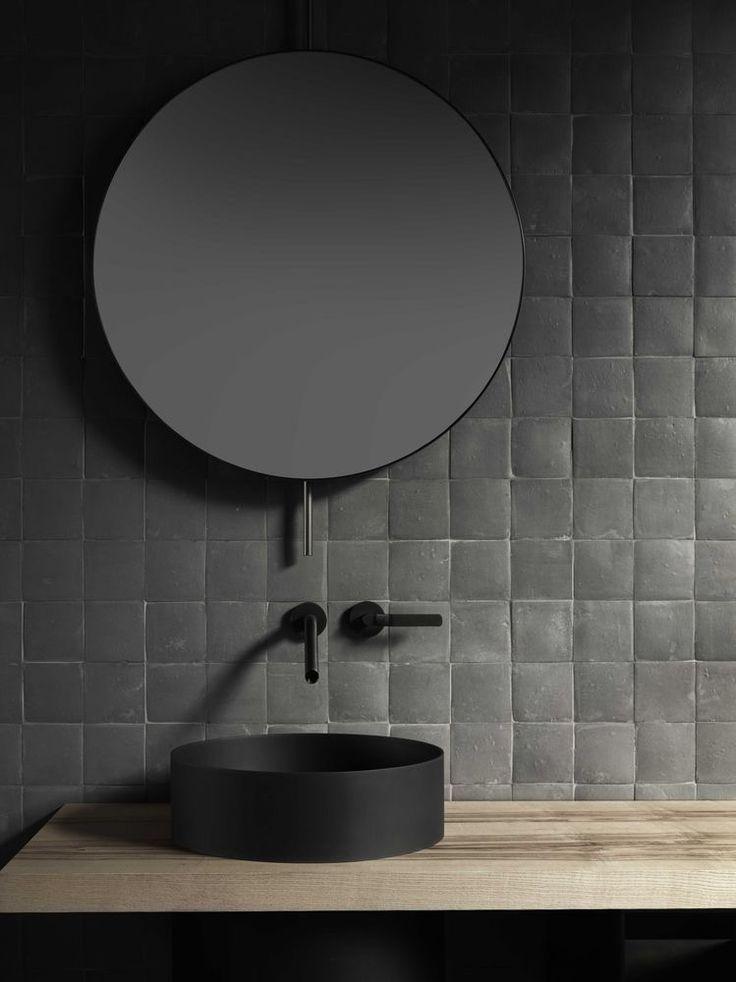 Industriele badkamer inspiratie met een ronde spiegel met zwarte kraan en zwarte kom #badkamerinspiratie